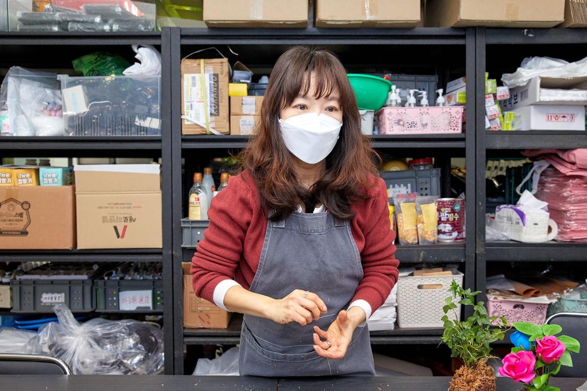 서은아 선생님이 소중 학생기자단에게 수태 토피어리 만드는 법을 시연했다.