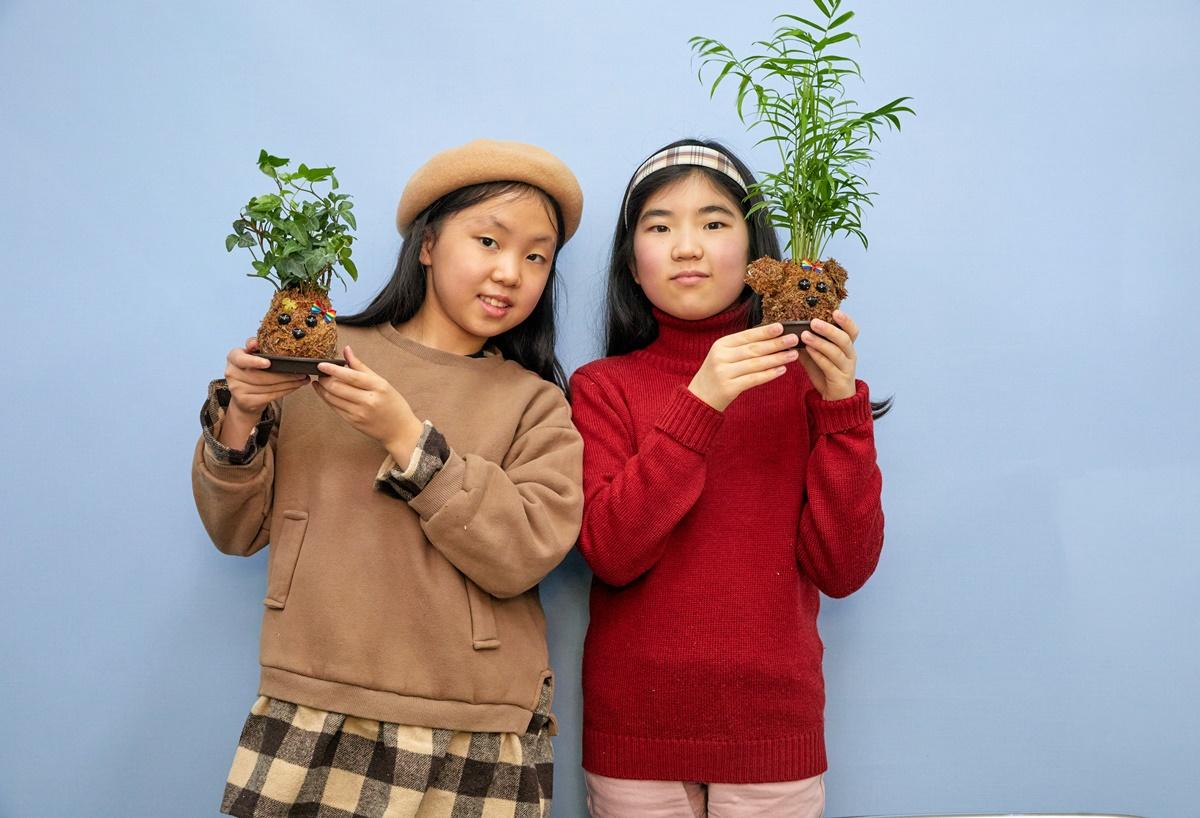 김나원(맨 왼쪽)·김률희 학생기자가 공과 동물 모양 토피어리를 만들었다.