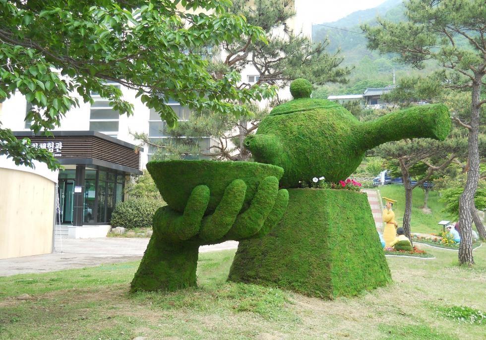 차를 달여 마실 때 쓰는 다기(茶器) 형태로 나무를 다듬어 완성한 전정 토피어리. [윤토 제공]