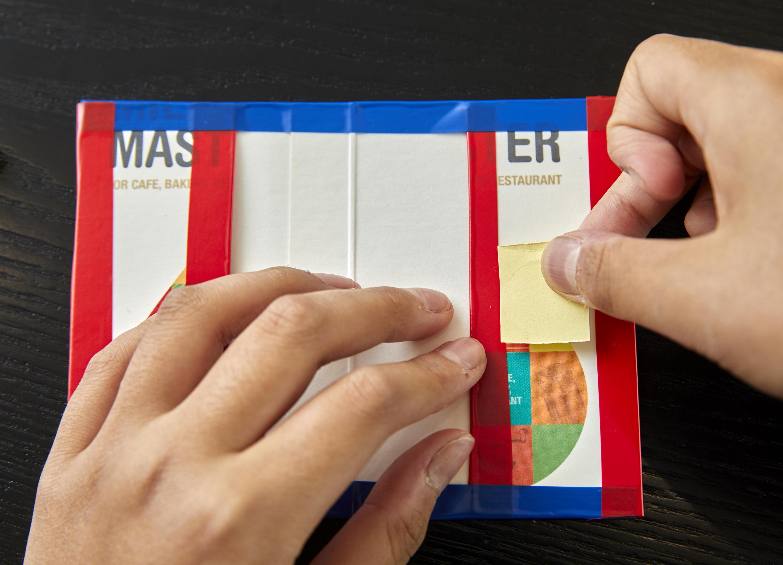 우유갑을 적당한 크기로 잘라 테이프로 양 끝을 감싼다. 양쪽을 안으로 접은 뒤 우유갑 위·아래 부분과 바깥쪽에도 테이프를 붙인다. 벨크로까지 부착하면 세상에 하나뿐인 명함 케이스 탄생.