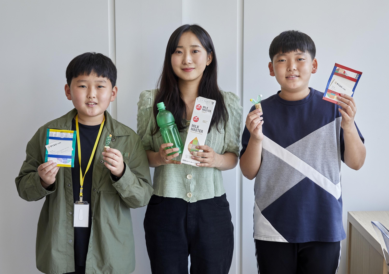 학생기자단이 김보미(가운데) 수퍼빈 디자이너와 쓰레기카페 업사이클링 키트 만들기에 도전했다.