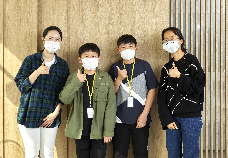 수퍼빈 사업전략2팀 김수지(맨 왼쪽) 팀장·홍성은(맨 오른쪽) 사원과 나란히 선 소중 학생기자단.
