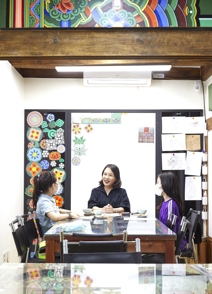 북촌불교미술보존연구소 김도래 대표(가운데)가 소중 학생기자단과 단청에 대한 이야기를 나눴다.