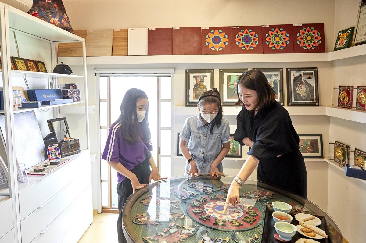 김도래 대표가 제작한 작품에 대한 설명을 듣고 있는 소중 학생 기자단.