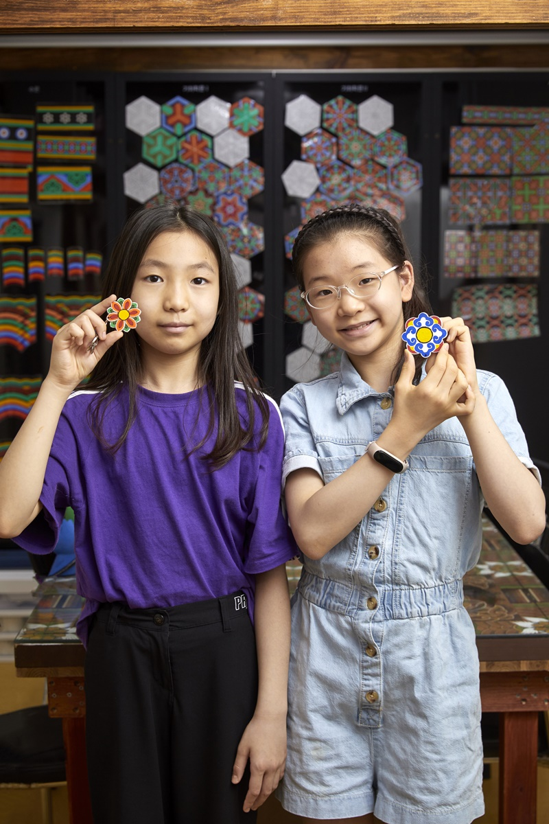 주혜리(왼쪽) 학생기자와 유지민 학생모델이 북촌단청공방을 찾아 단청의 역사와 역할에 대해 배우고 열쇠고리도 직접 만들어봤다.